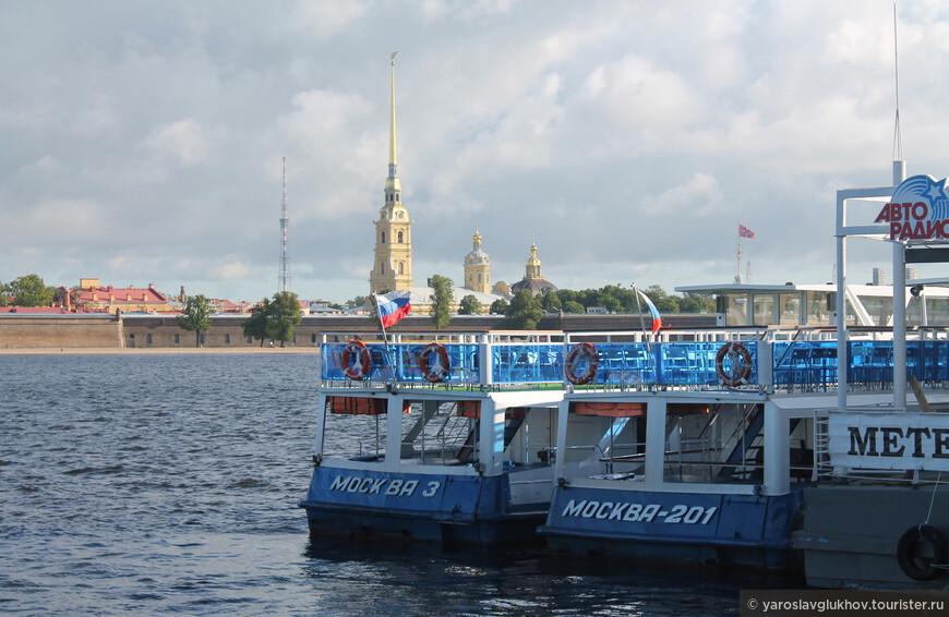 Причал на Дворцовой набережной. Кораблики ждут, когда они наконец-то смогут отправиться в плавание по рекам и каналам города.
