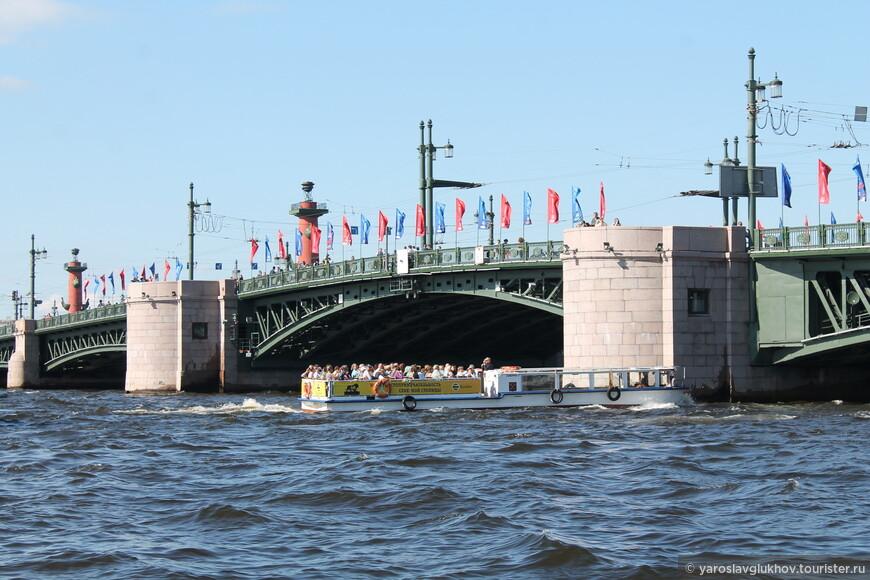 Экскурсионный кораблик возле Дворцового моста. Вдалеке видны ростральные колонны.