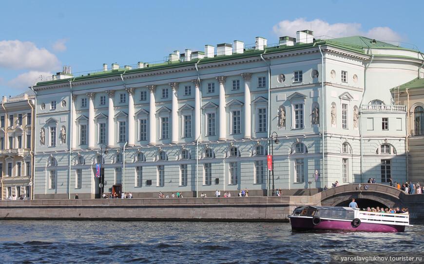 Лодочка только что вышла из Зимней Канавки в Неву. Голубое здание — Эрмитажный театр.