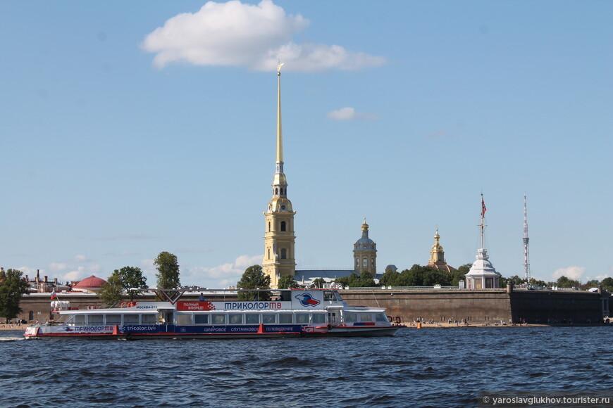 Вдоль Петропавловской крепости в ясную погоду. Что может быть лучше!