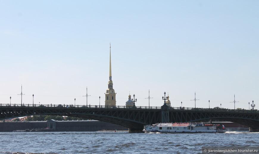 Петропавловский собор и Троицкий мост, прогулочный кораблик держит свой путь в сторону устья Невы.