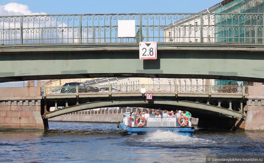 Под мостами через Мойку: под Краснофлотским и Поцелуевым.