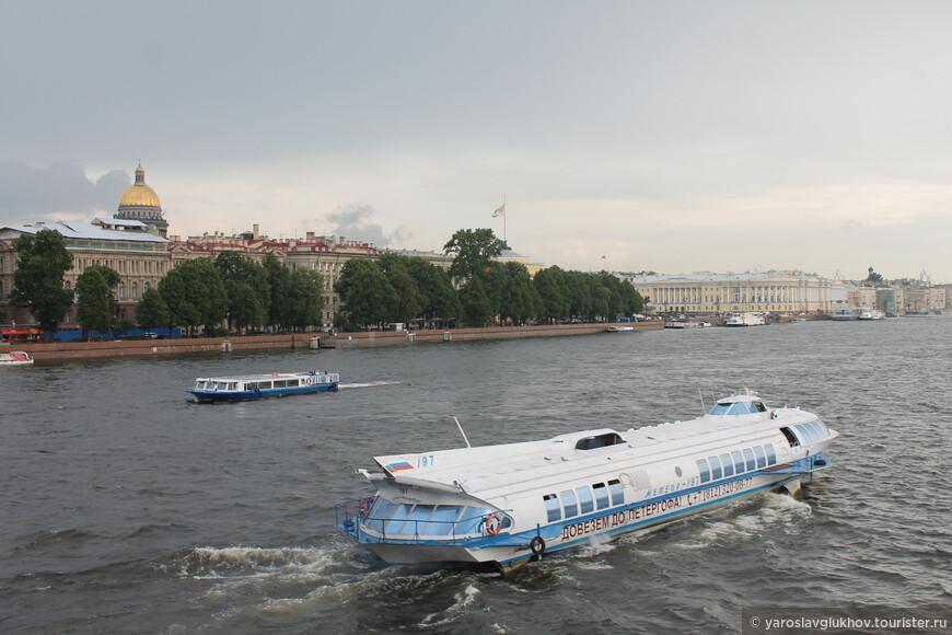 Самое быстрое водное транспортное средство — это метеор, до Петергофа он доставляет туристов за 30 минут!