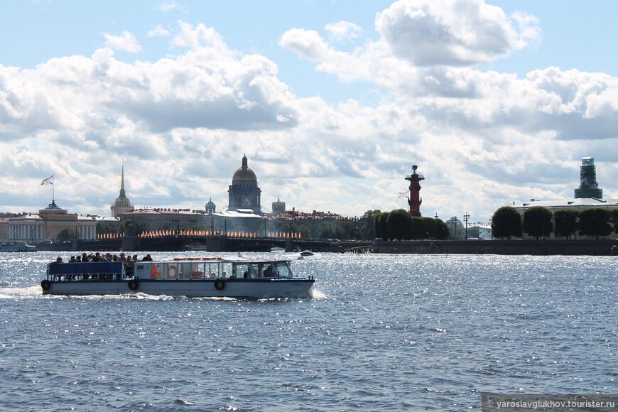 На прогулочном кораблике по водом Невы. Вид со стрелки Заячьего острова.