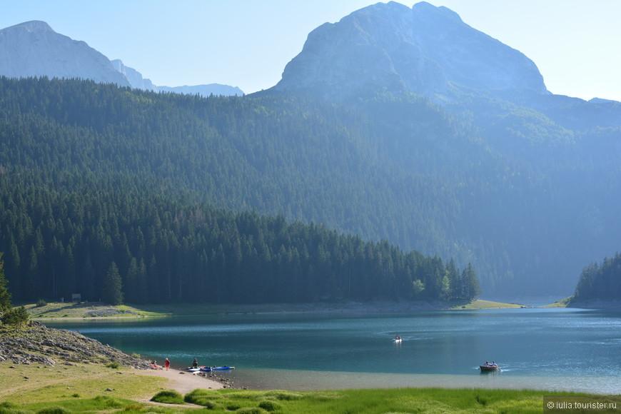 На территории парка находится около 18 ледниковых озер, самое известное расположено на высоте 1416м - Черное озеро. Озеро находится ближе всех к краю парка и добраться сюда не сложно. Площадью 516 тыс. м2, оно состоит из двух частей (Малого и Большого озер), объединенных лишь узкой протокой. В парке много пешеходных маршрутов, один из которых проходит вокруг озера, иногда тропинки углубляются в лес.