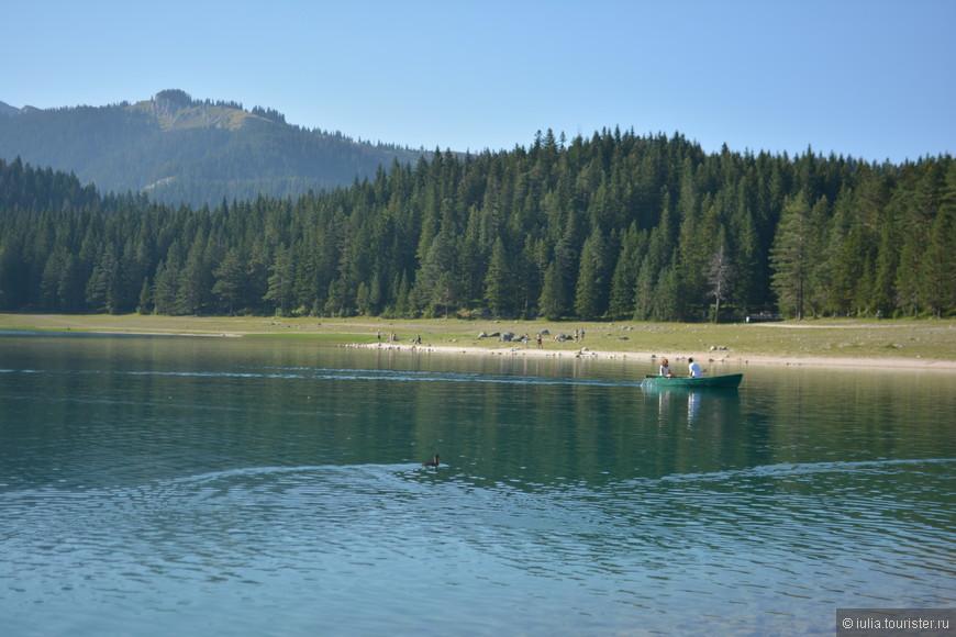Нам очень повезло с погодой, мы были на севере страны несколько дней в начале сентября, запаслись теплыми вещами которые нам не понадобились. Температура воздуха днем достигала 30 градусов, и вечером опускалась до 23, в озерах вода чуть холоднее чем в море.