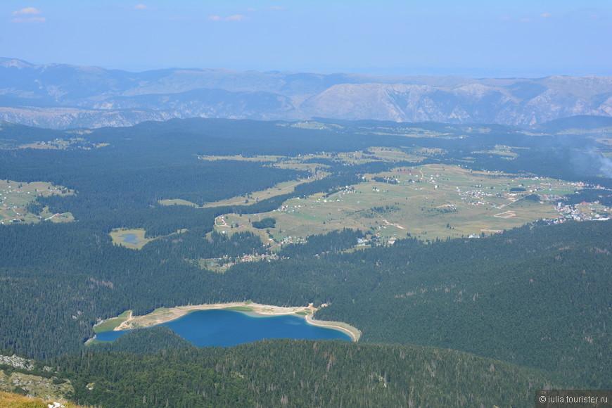 Вид на Черное озеро с вершины горы Савин Кук