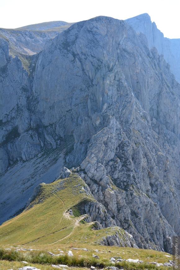 """Национальный парк """"Дурмитор"""" оказался одним из самых ярких впечатлений в поездке по Черногории.  Острые горные вершины, глубокие каньоны, хрустально прозрачные озера, повсюду хвойные леса, в основном именно это будет постоянно напоминать о прекрасной стране Черногории."""