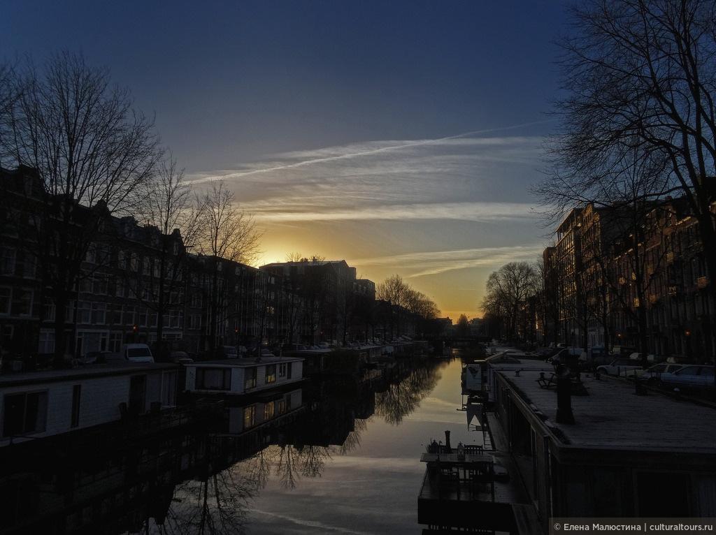 Одна из центральных улиц Амстердама вечером, Нидерланды: неожиданная красота