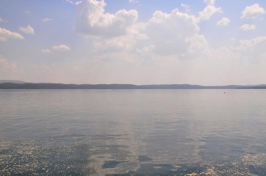 16. Озеро довольно большое, на глубине прохладное. Так как воды грунтовые, иногда чувствуются «холодные потоки».