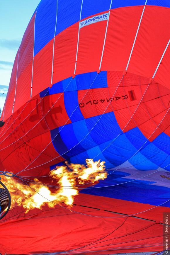 Как только объем шара заполнился воздухом, включают горелки и начинают нагнетать горячий воздух. Экипаж в это время растягивает края шара, поскольку шар вполне может загореться, несмотря на пропитку. Главное требование к материалам, из которых шьют шары - воздухонепроницаемость.