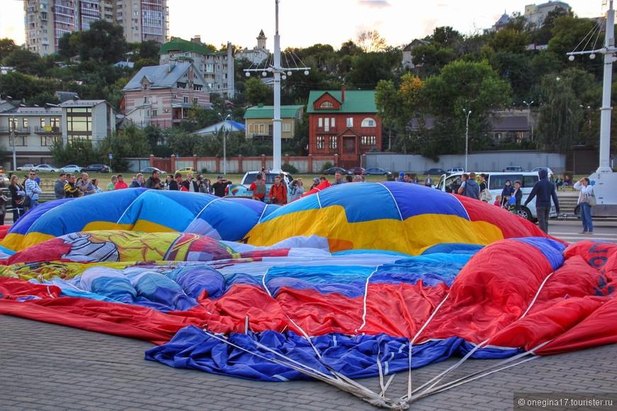Кажется, что такой огромный шар будут долго-долго наполнять воздухом.