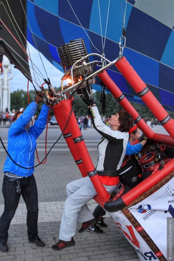 Маша поднимает шар в вертикаль. Так поднимают шары все пилоты и все им помогают - у воздухоплавателей так принято.