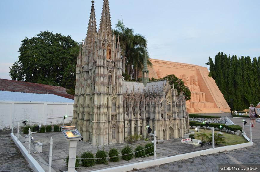 С высотой в 157 метров он был самым высоким зданием в мире с 1880 по 1884 год, да и сейчас занимает 3-е место в мире среди самых высоких церквей. А на первом месте находится  Ульмский Собор , тоже находящийся в Германии.
