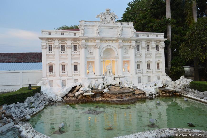Фонтан Треви  - самый крупный фонтан в Риме.
