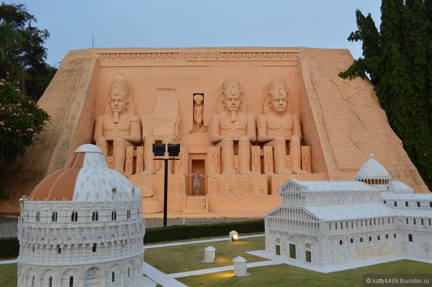 Египетский храм  Абу Симбел . Он воздвигнут в честь египетского царя Рамзеса 2. Вход в храм украшают 4 статуи сидящего царя, высотой около 20 метров. Внутри малый храм в котором распложено 365 окон и ещё одна статуя Рамзеса 2 и каждый день в году солнечный свет попадает в разные окна. 22 февраля в день рождения Рамзеса свет падает на грудь царя, а 20 октября в день его восхождения на трон – падает чётко на корону.