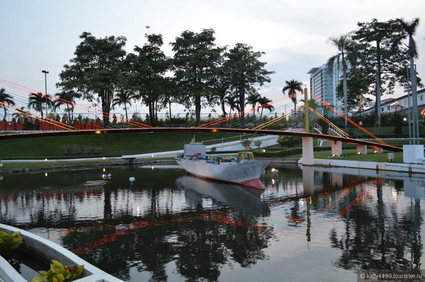 Мост  нынешнего короля Таиланда Рамы 9 в Бангкоке. Это первый вантовый мост Таиланда и один из крупнейших вантовых  мостов в мире.