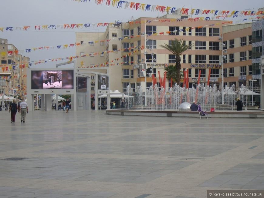 Кикар а-Ацмаут (площадь Независимости) - центральная площадь Нетании.