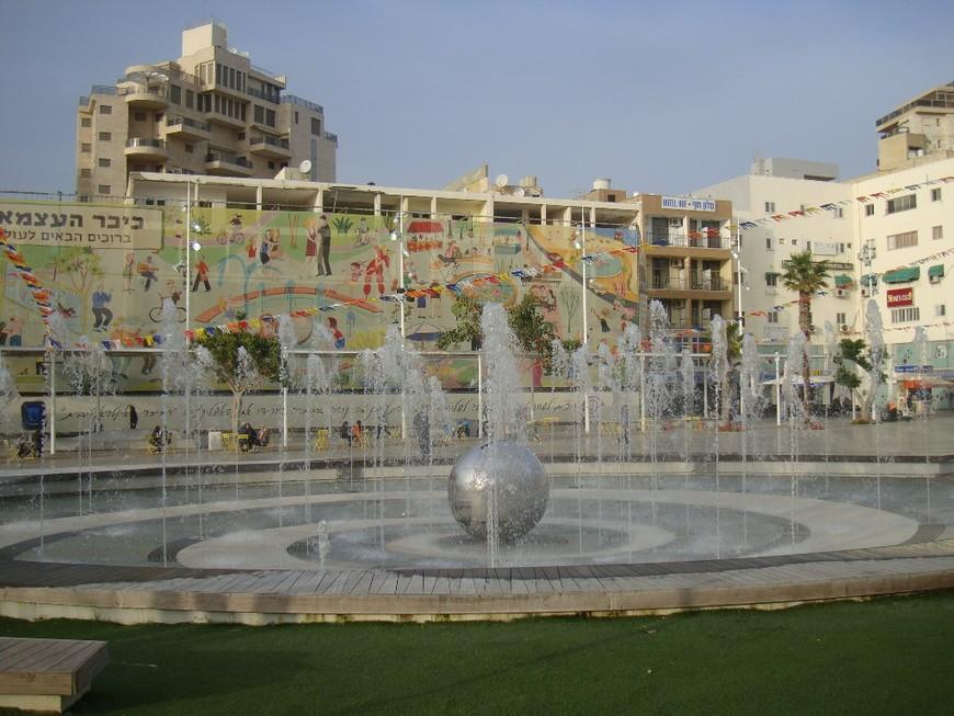 Современный фонтан на кикар а-Ацмаут.