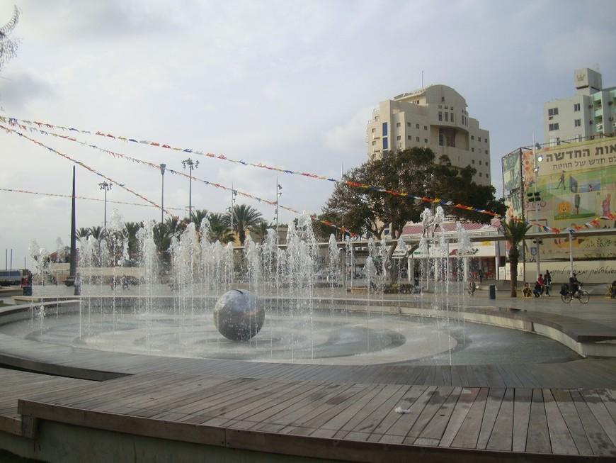 Еще одно фото фонтана на кикар а-Ацмаут.