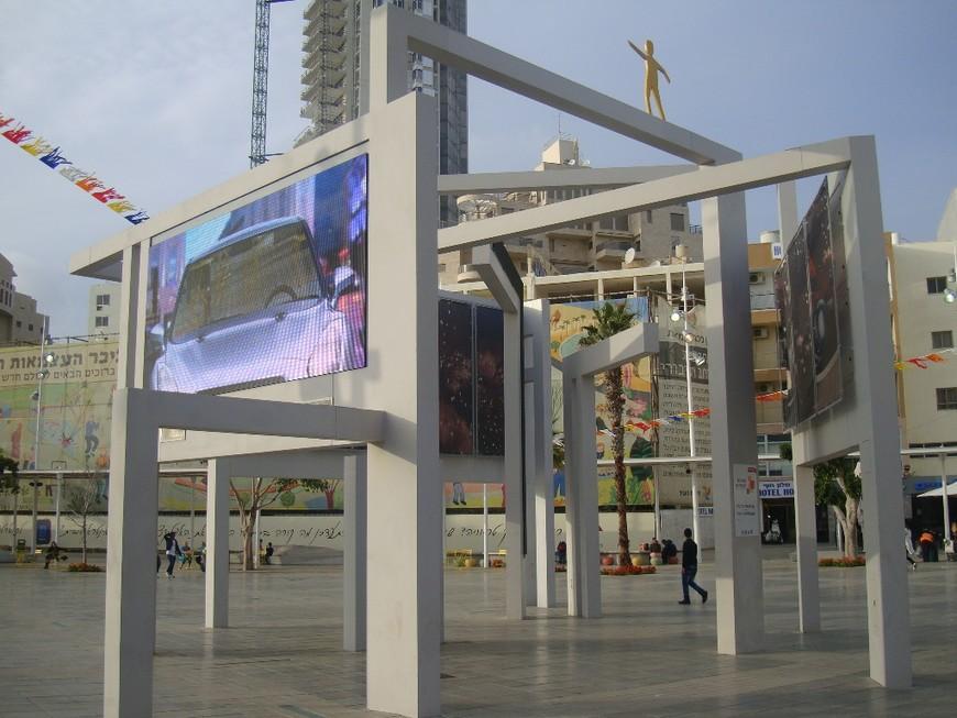 Супернавороченная мультимедийная конструкция по центру кикар а-Ацмаут.