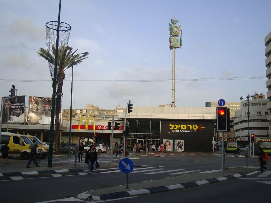 """""""Терминал"""" - так называется нетанийский автовокзал. В его здании расположено много разных магазинов и кафешек, в т.ч. и """"МакДональдс""""."""