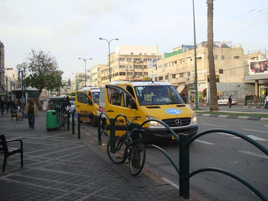 Маршрутки в сторону Тель-Авива собирают пассажиров напротив автовокзала.