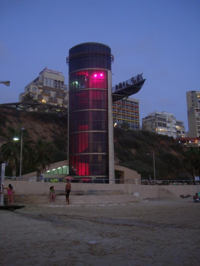 Лифт на пляж (в вечерне-ночное время смотрится красивее)