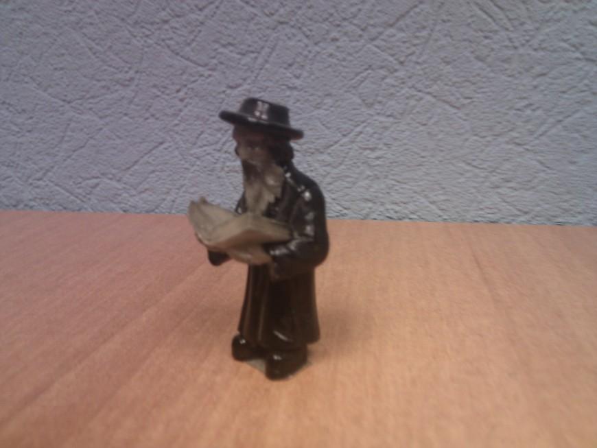 привезенный из Израиля раввин..... Стоит на моем столе на работе. Укоризненно смотрит и не дает отвлекаться от работы )))