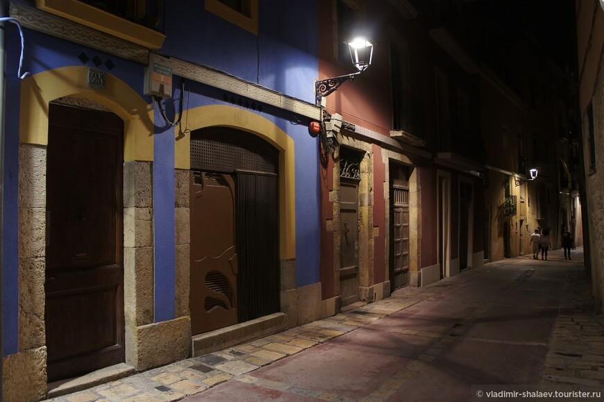 Улицы пустеют после полуночи.