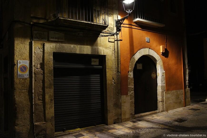 Весь старый город освещён аутентичными фонарями.