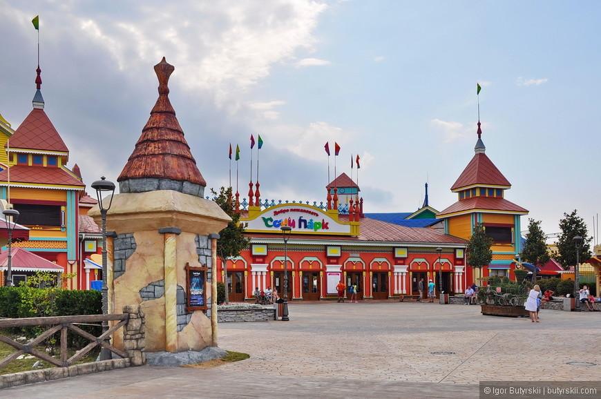 02. Парк тематический, сделан в старорусской стилистике. В парке присутствуют 13 аттракционов, отель «Богатырь», множество тематических «зон», дельфинарий, цирк и музеи.