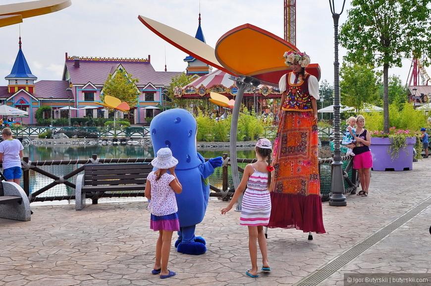 12. В парке с детьми работают аниматоры, сразу на нескольких площадках, фотографировать не запрещается, никаких навязанных «платных фото».
