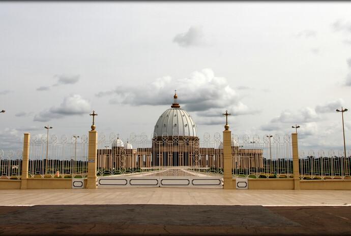 Базилика Нотр-Дам-де-ла-Пэ или Базилика Пресвятой Девы Марии Мира (фр. Notre Dame de la Paix) — католическая церковь в столице Кот-д'Ивуара городе Ямусукро, занесённая в Книгу рекордов Гиннесса как самая большая церковь в мире.