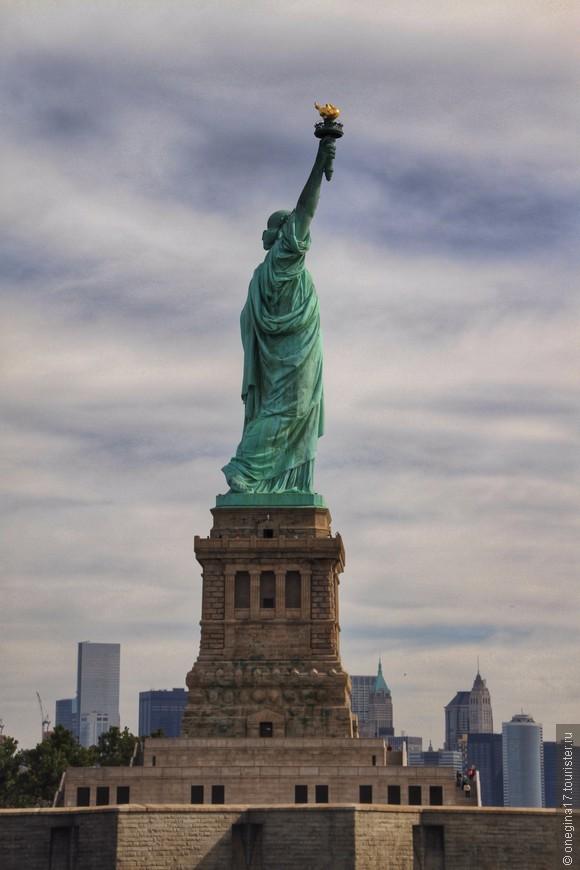Официальное имя статуи - Свобода, озаряющая мир. Скромно, согласна!