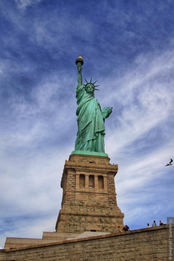 Толпы народа на острове и вокруг статуи сильно напрягают, но с этим ничего не поделаешь. Пришлось морально себя подготовить к бесконечным очередям. Да и сфотографировать статую весьма проблематично, обязательно кто-нибудь внырнет в кадр в самый последний момент.