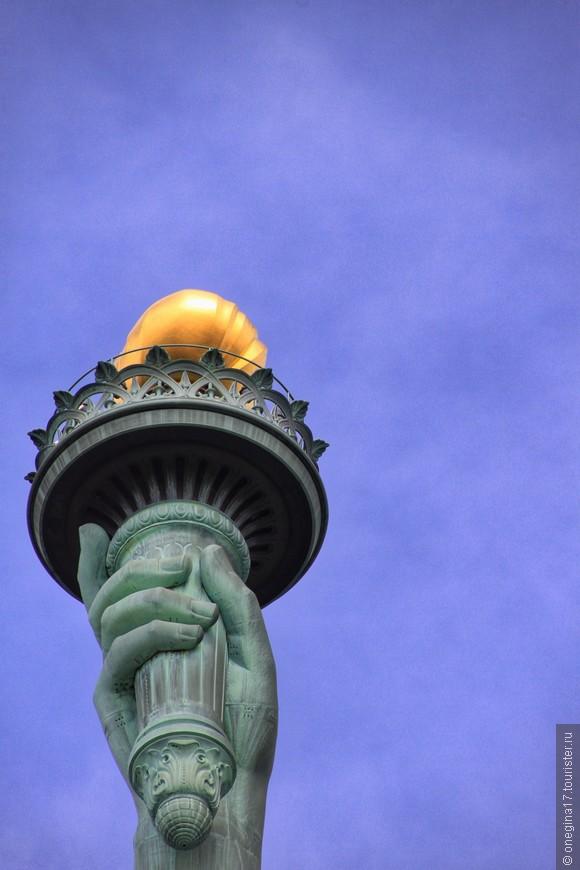 Подняться на факел не получится, закрыто с 1916 года. Но в ночи факел сияет маяком, чем по сути своей и является уже много-много лет...