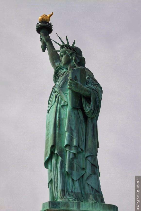 Статуя не одинока, есть у нее родные сестры, разбросанные по всему миру. Только официально посчитаны статуи во Франции - 6 штук, одна в Токио, одна в Вегасе (видела лично, очень вольная копия), три на Украине (Львов, Днепропетровск, Ужгород). А сколько их не учтенных статистикой - не знает, наверное, никто.