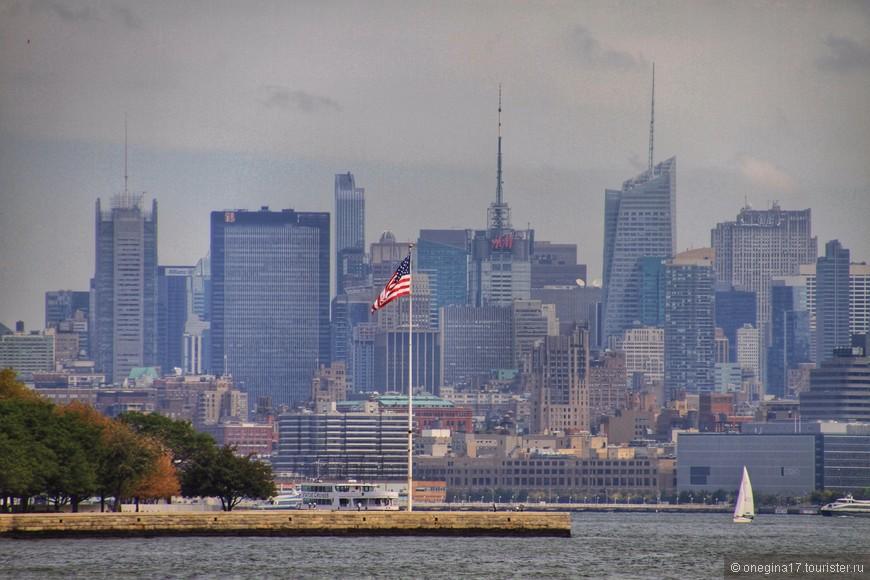 Гораздо интереснее сама прогулка на кораблике: тут и статуя со всех сторон, и Манхэттен, и Нью-Джерси, и остров Эллис. Правда, толпа, бросающаяся от борта к борту напрягает, поэтому остается только точно так же бегать от борта к борту, в надежде на удачный кадр.