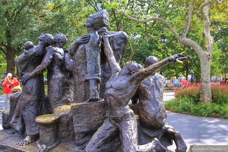 Кораблик нас вернул снова в Бэттери-парк. И снова был памятник Иммигрантам. С этого ракурса он мне понравился намного больше. Лучше благодарить небеса, чем протягивать руку...