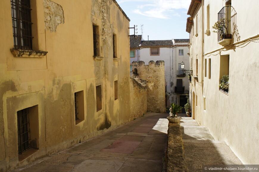 Потом, гуляя по городу, мы видели какие то улицы, спускающиеся вниз. Видимо, можно было и по ним тоже подниматься, но ориентироваться было сложно, а проверять и спускаться вниз не хотелось.