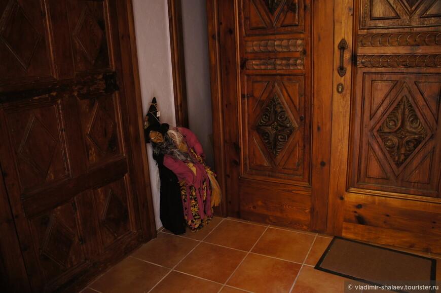 Не мог не заглянуть в частную собственность - у входа в чей то дом стояла фигурка ведьмы.