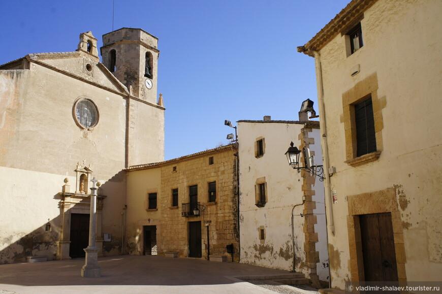 Видимо, эта площадь имеет большое значение в городе: крест на площади, да и храм древний. Это костёл Алтафулья (XVI-XVII вв.)  Мы сверили часы с теми, что на колокольне и пошли дальше.