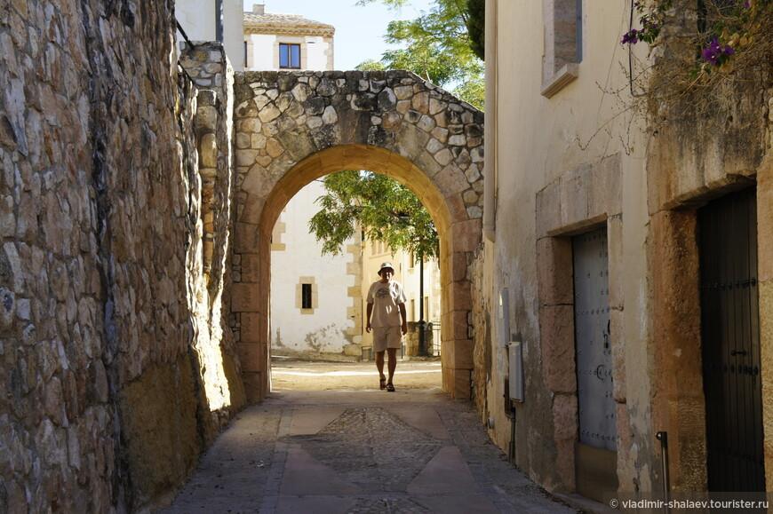 Чуть сошли в сторону и я решил сфотографировать себя любимого. Тем более моя одежда песочного цвета неплохо гармонировала со стенами древнего города (хи-хи).