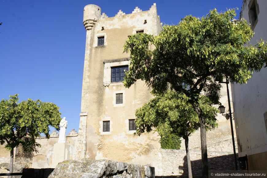 """А потом мы вышли к замку Монсеррат. """"Замок Монсеррат был построен в XV веке, однако очень хорошо сохранился до наших дней. Здание имеет форму неправильного многоугольника и выглядит как крепость благодаря имеющимся у него бойницам и башенкам. Несмотря на то, что внутреннее убранство замка  неоднократно менялась, здесь сохранился оригинальный внутренний двор и галерея. Сейчас замок является частной собственностью, и посещение его невозможно""""....Ну нет - так нет, идём дальше..."""