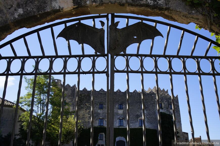 Замок Монсеррат. Ворота закрыты. На воротах летучая мышь. Страшно!