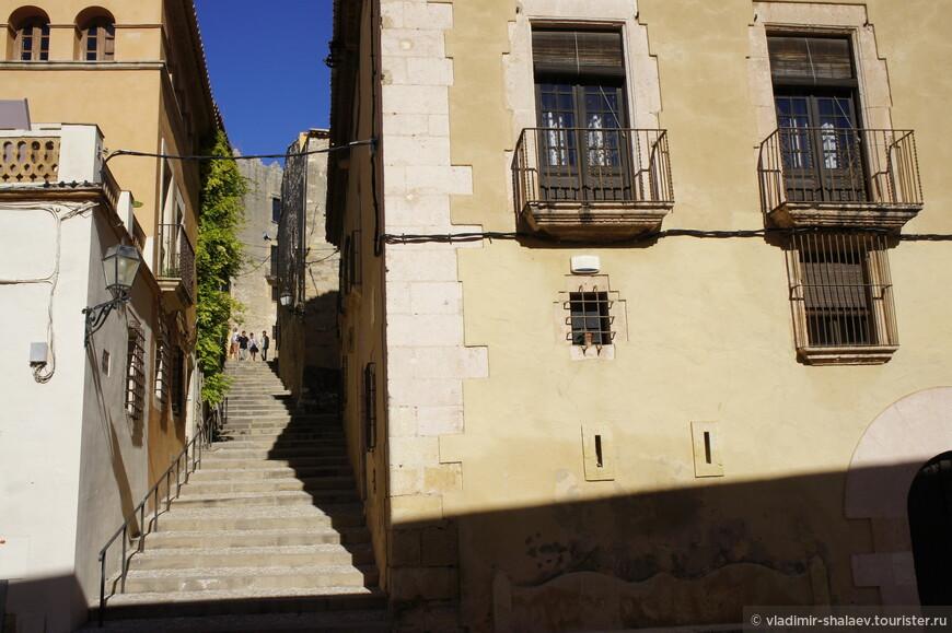 Между домами то тут , то там возникали лестницы, по которым и следовало подниматься.
