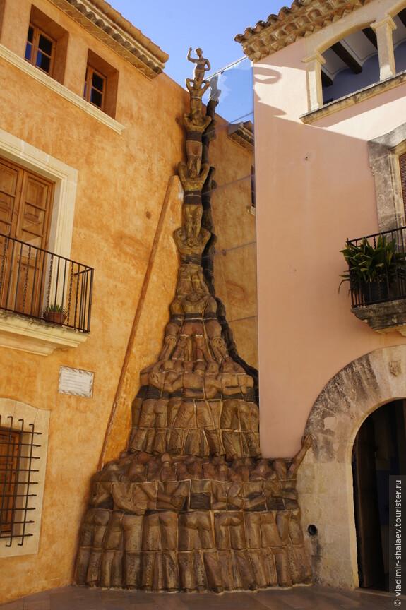 Чуть спустившись вниз увидели памятник кастильерам - строителям пирамид из живых людей (очень популярная забава у каталонцев).
