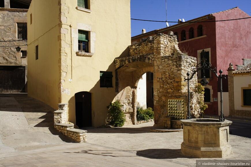 На этой же площади арка и древний колодец.
