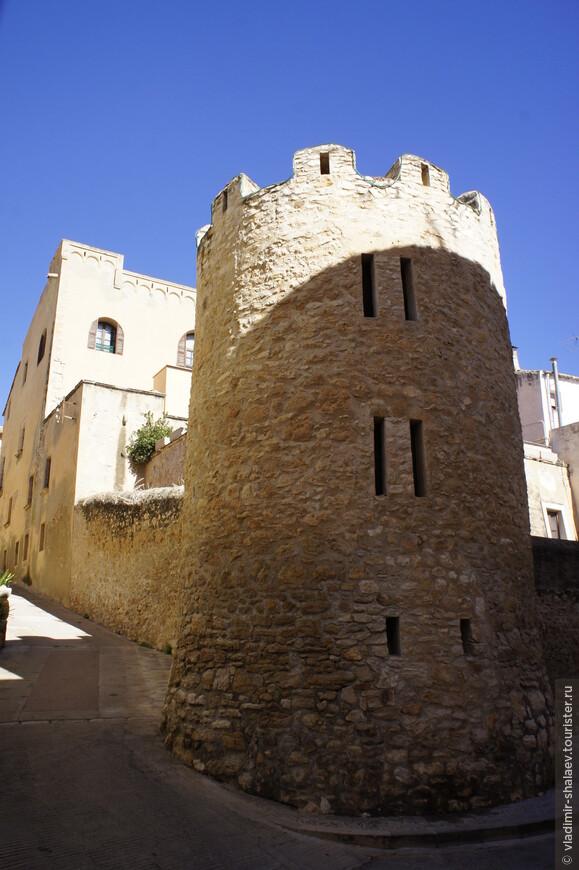 """То место, по которому мы так хорошо погуляли называется Vila Closa (""""закрытый город"""" в переводе с каталонского). Границей старого города являются две башни (на снимке одна из них) и три портала (это то, через что мы заходили)."""